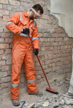 ouvrier nettoyant son chantier