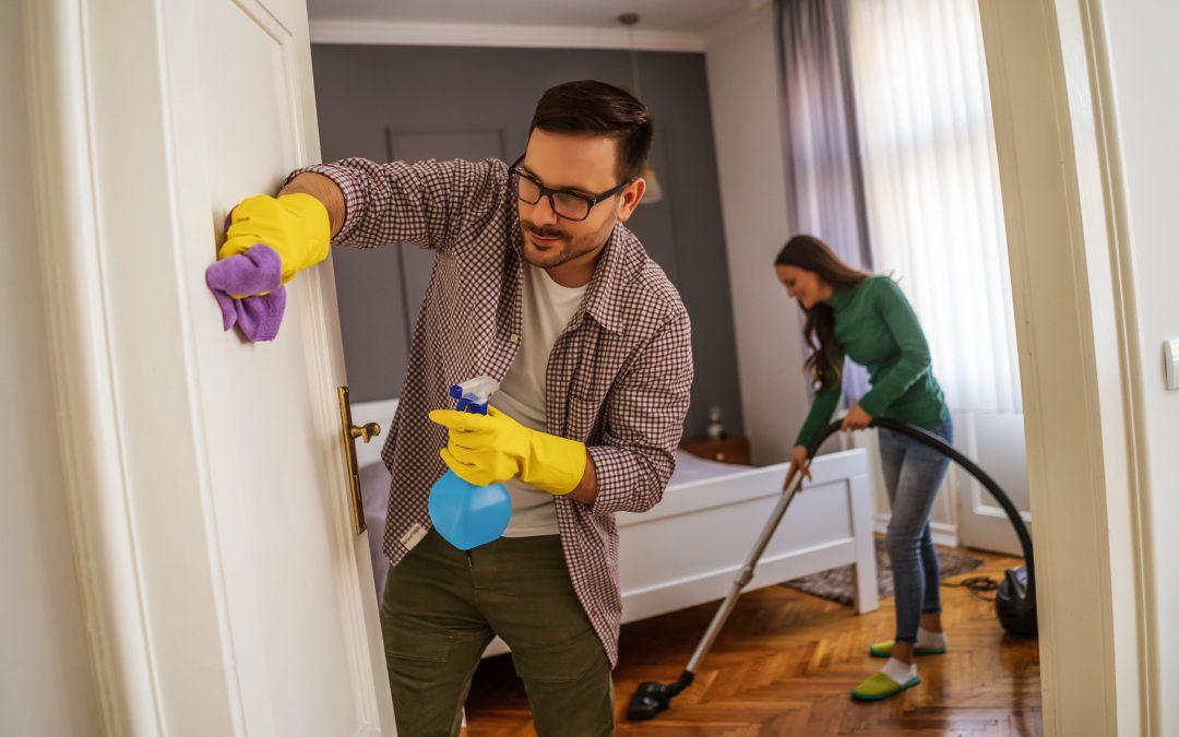 entreprise de nettoyage qui nettoie une maison