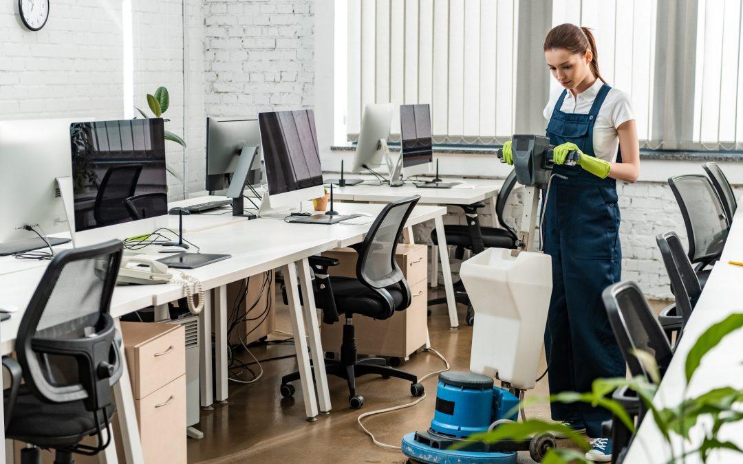 professionnel nettoyant des bureaux