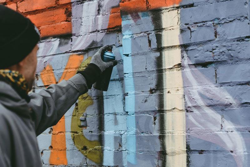 graffiti sur mur en brique